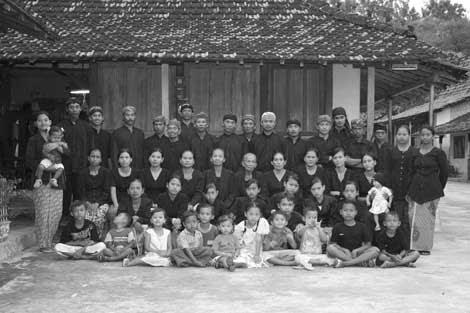 Salah Satu Keluarga Sedulur Sikep Sumber: http://lbgcinta.blogspot.com