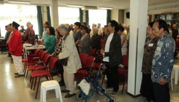 Sejumlah anggota perhimpunan eksil Indonesia mendengarkan pembacaan Teks Proklamasi dalam acara peringatan kemerdekaan di Belanda. TEMPO/Yuke Mayaratih